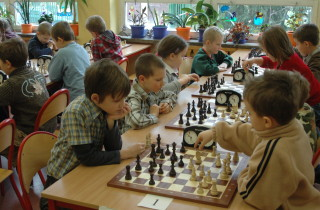 dzieci-graja-w-szkole-w-szachy