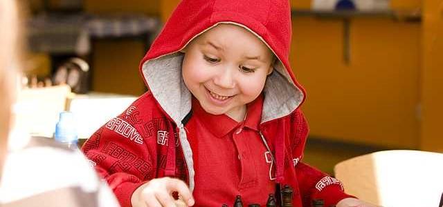 dziecko-gra-w-szachy