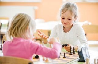 mlode-szachistki-analizuja-partie