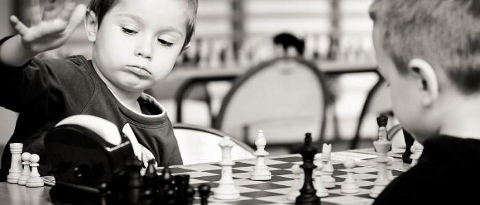 mlody-szachista-wlacza-zegar-szachowy