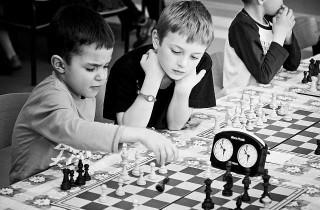 szachisci-w-szkole-analizuja-partie-szachow