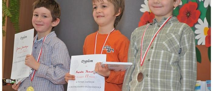 zwyciezcy-turnieju-szachowego-w-szkole